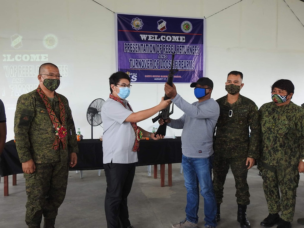 Sixteen BIFF warriors handed over a total of 8 high-powered firearms to the 33rd Infantry (Makabayan) Battalion of the Philippine Army, headed by Battalion Commander Lt. Col. Elmer Boongaling, signifying their surrender to government authorities. The event was witnessed by DAS municipal mayor Datu Pax Ali Mangudadatu and other officials from the Philippine Army, Philippine National Police and the Bureau of Fire and Protection. (Photo: 33rd IB, PA)