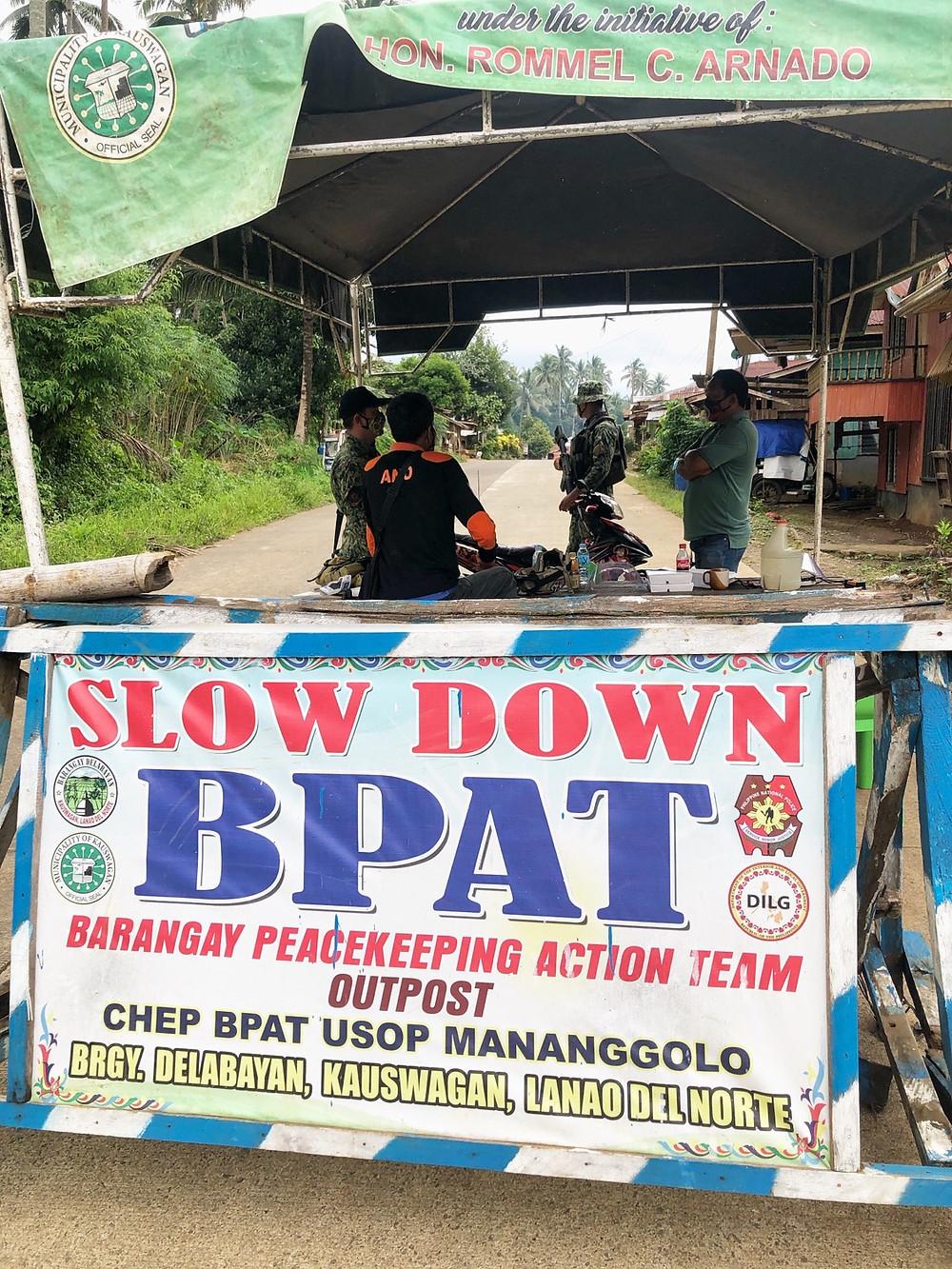 Nakatalaga sa checkpoints ang mga tauhan ng PNP sa unang araw ng 'localized lockdown' na kinasasakupan ng 4 na purok sa Delabayan, Kauswagan, Lanao Del Norte matapos lima sa anim na nag positibo sa COVID-19 ay nagmula dito. (Photo: HC/HRS Media)