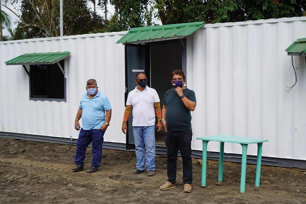 Si Municipal Mayor Rommel Arnado (rightmost) personal nga nagdumala sa konstruksiyon sa isolation facility alang sa mga persons under investigation (PUI) sa lungsod sa Kauswagan, Lanao del Norte (Photos: HRS Media)