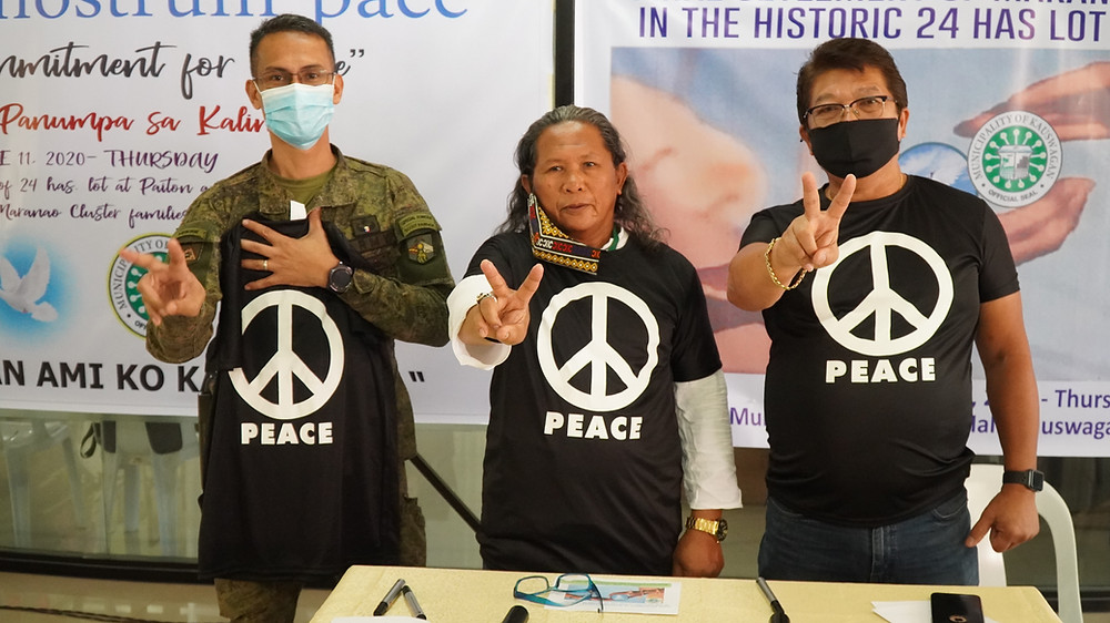 Former MILF leader, Kumander Bravo (middle), now BARMM Member of Parliament and Municipal Mayor Rommel Arnado (right) lead a commitment ceremony further strengthening peace in Kauswagan, Lanao del Norte. Lt.Col. Domingo Dulay (left) of the Philippine Army witnessed the event. (Photo: J.Umaran / HRS Media)