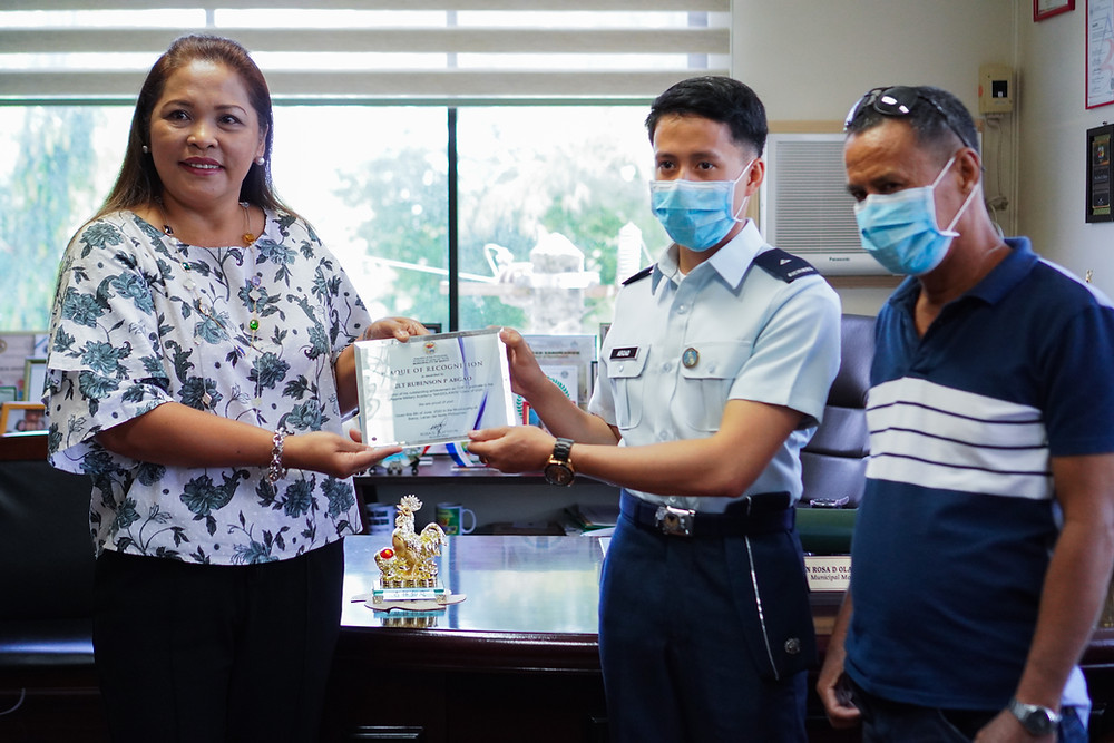 Baroy Mayor Rosa Olafsson awards PMA 9th Placer 2/Lt. Rubenson Prajes Abgao with a plaque of recognition as Rodrigo Abgao, the military officer's father looks on. (Photo: J.Umaran/HRS Media)