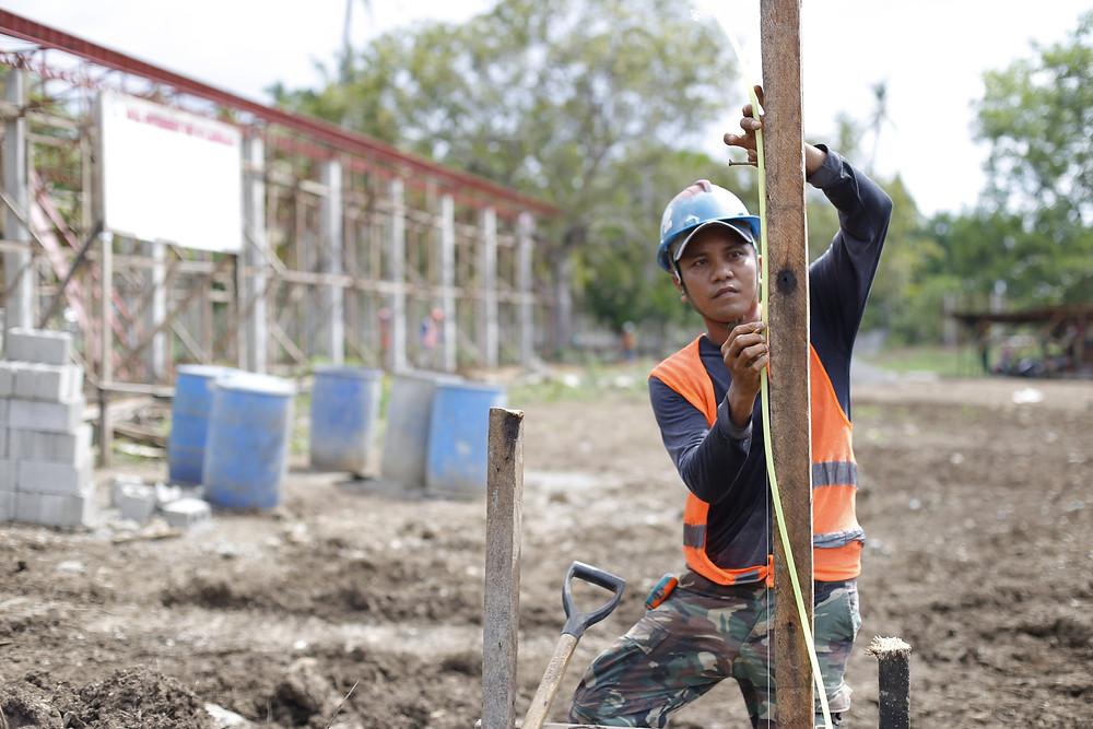 Isang contruction worker ay nagsusukat ng mga materyales sa kasalukuyang tinatayo na LGU motorpool sa Kawit Oriental, Kauswagan, Lanao del Norte. (Photo: J.Umaran/LGU Kauswagan)