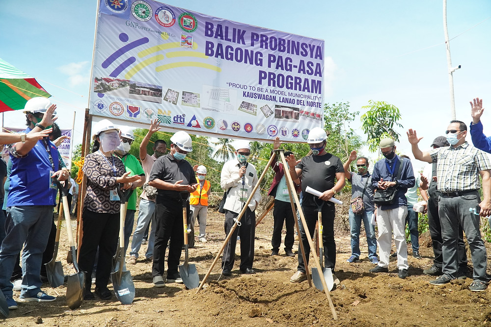 Sabay-sabay na nagdasal ang mga kinatawan ng LGU at national government agencies sa ginawag groundbreaking ceremony at laying of capsule sa sinisimulang model community sa barangay Tacub, Kauswagan, Lanao del Norte. (Photo: J.Umaran)