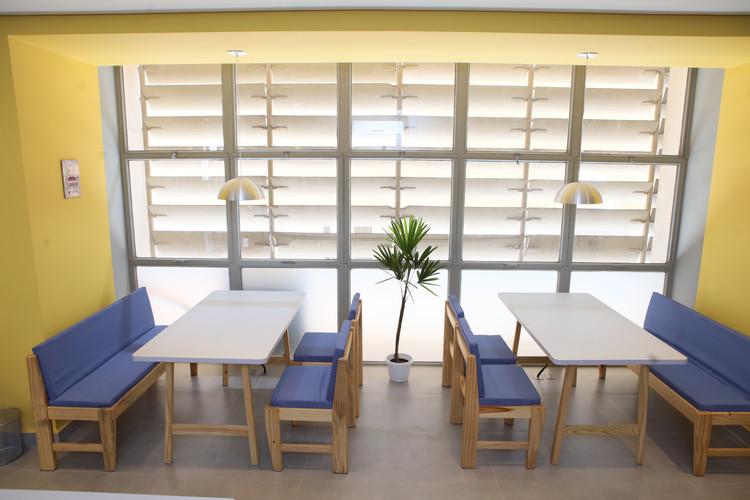 Mesas em área compartilhada.