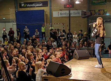 Voice Juniorvinder tog Sjov Fredag med storm.