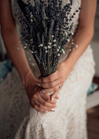 bride_holding_flowers_on_her_wedding_day