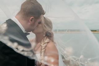 couple_kissing_eachother_on_their_weddin