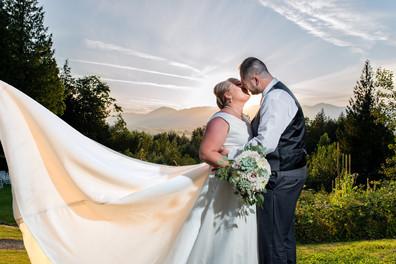 couple_kissing_on_their_wedding_day_sosw