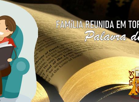 FAMÍLIA REUNIDA EM TORNO DA PALAVRA DE DEUS