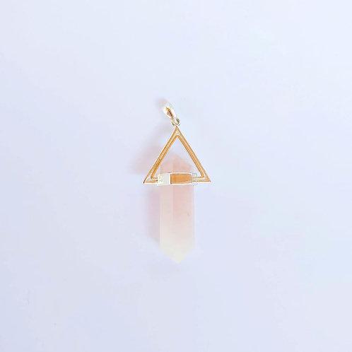 Pingente triângulo com pedra quartzo rosa.