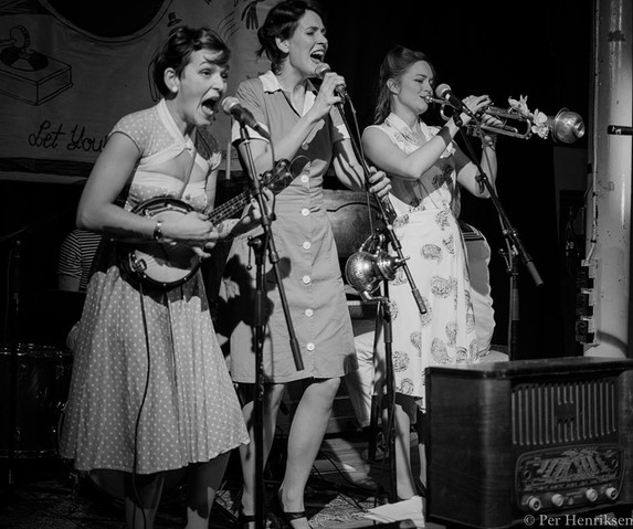 Bluenette Sisters at the Rubberlegs Swing night