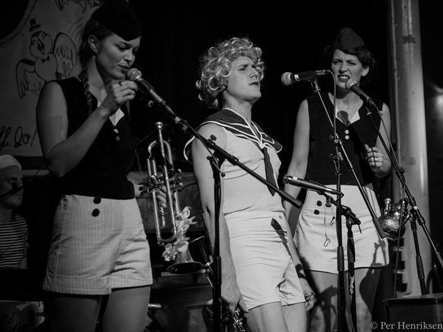 Bluenette Sisters & Luigi in disguise at the Rubberlegs Swing night