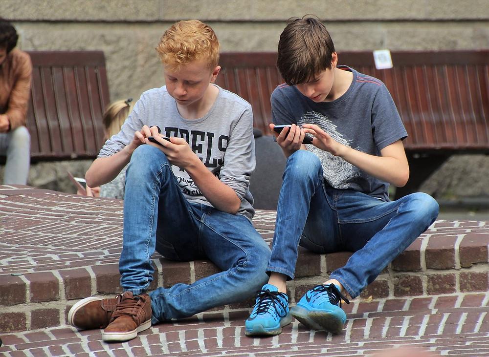 ¿Adicción a Internet? Chico con móvil
