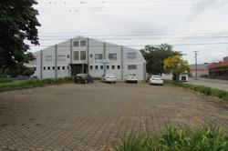 Ampla area de estacionamento