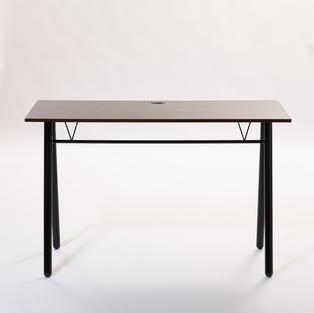 深色木面四腳桌