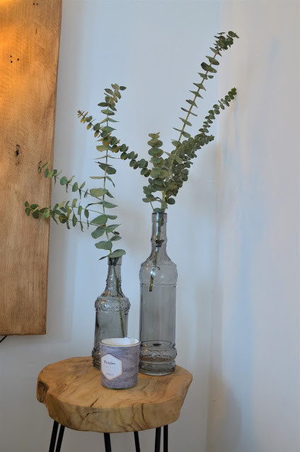 vase eucalyptus