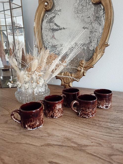 Petites tasses marrons