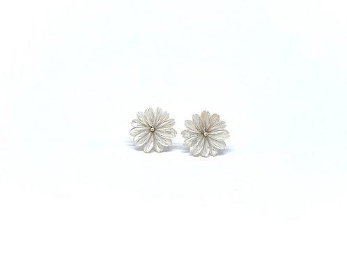 Boucles d'oreilles fleurs nacre blanche