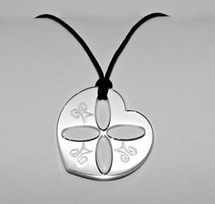 Collection symboles  Ces pièces sont disponibles à la boutique UNIVERS GALLERY au 16, rue Verdaine Genève / Vieille ville 022 210.05.93  LES COLLECTIONS DE BIJOUX ET ACCESSOIRES LUCI MENDOLA SONT ENTIEREMENT DESSINES ET CREES DANS NOS ATELIERS A GENEVE SELON LES TRADITIONS DE LA BIJOUTERIE ARTISANALE.  NOUS REALISONS SUR MESURE, BAGUES, BRACELETS, COLLIERS, EN OR, ARGENT, , ACIER.