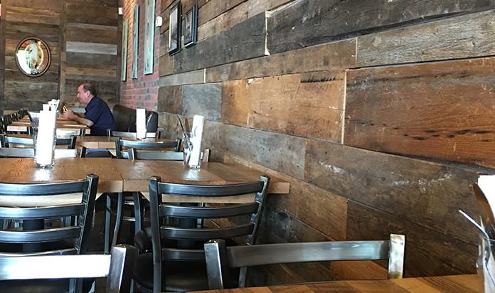 Tables en pin et mur bois de grange