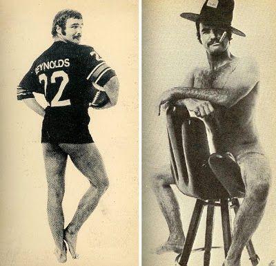 duas fotos do ator Burt Reynolds: uma em que ele está em posição 3/4, usando somente uma camiseta de futebol americano e podemos ver parte da bunda e das pernas de fora, e outra em que ele está nu, sentado em uma cadeira usando um chapéu de cowboy e fumando