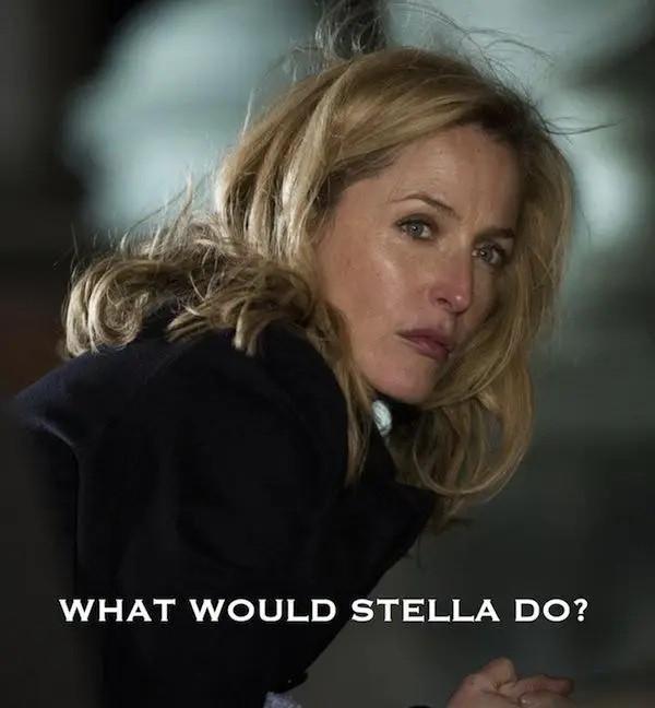 """Foto da atriz Gillian Anderson, caracterizada como a detetive Stella Gibson, abaixada com uma legenda em inglês onde se lê """"o que Stella faria?"""""""
