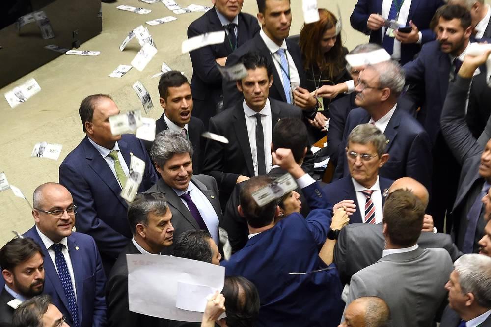 Notas com a cara de Temer são jogadas para  o alto simbolizando a compra de votos