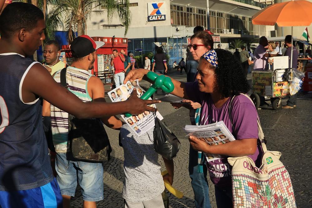 Panfletagem na Carioca teve ótima aceitação (Foto: Zulmair Rocha)