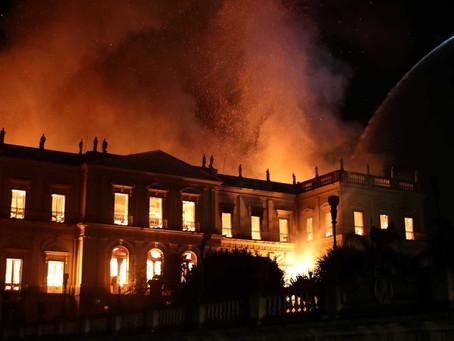 Sem verbas, Museu Nacional é consumido pelas chamas