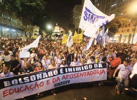 300 mil vão às ruas contra os cortes no Rio de Janeiro