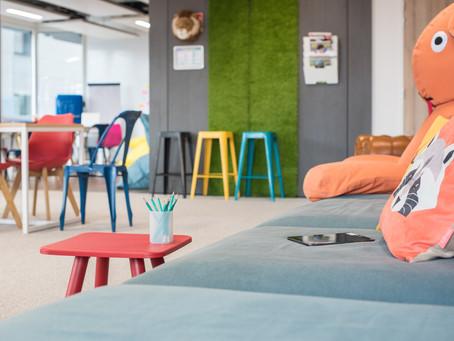Découvrez le mobilier modulable et coloré de la salle de réunion Rokoriko Basic !