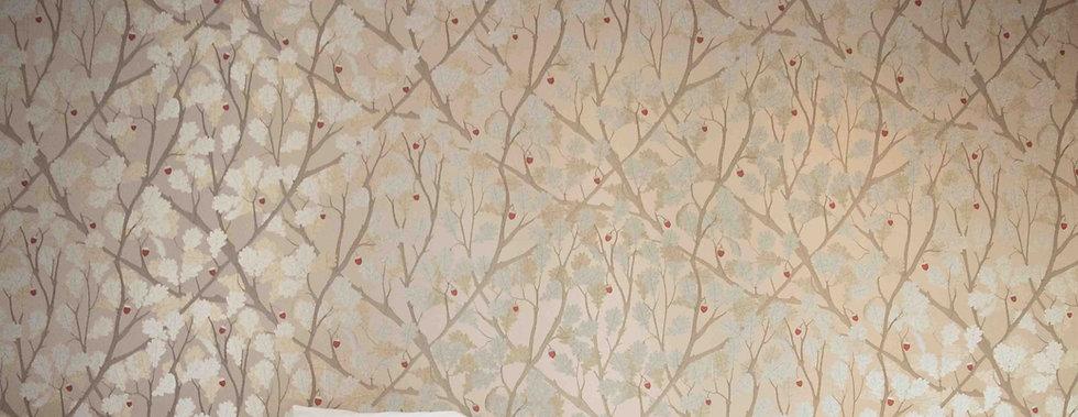 la tapisserie chêne de la tête de lit de la suite familiale Chêne