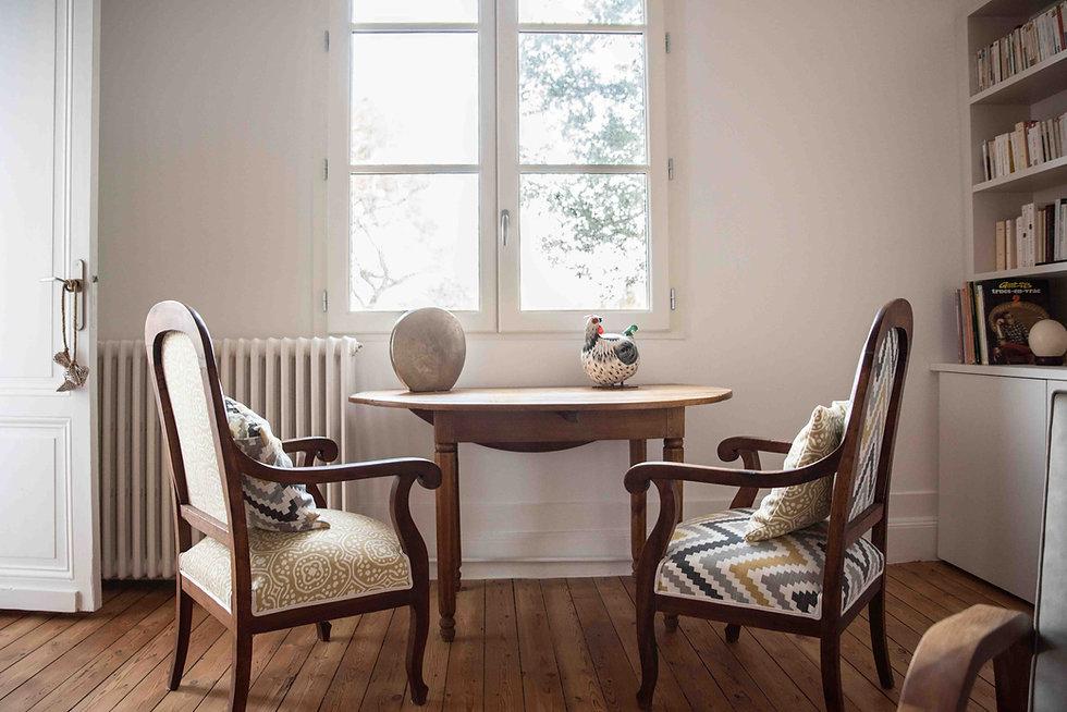 le salon des invités et ses jolis fauteuils de famille retapissés