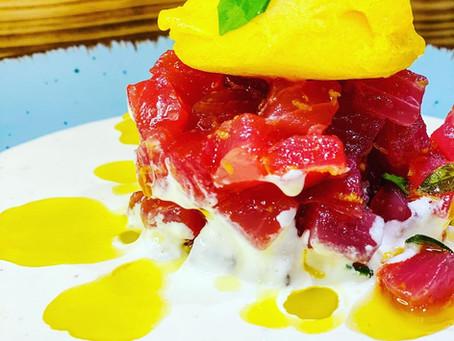Fruchtiges Thunfischtatar auf Burratacreme
