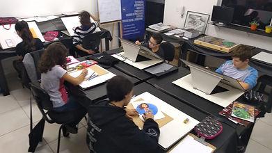 Alunos aprendendo no stúdio