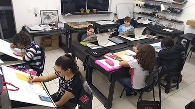 Alunos desenhando no stúdio