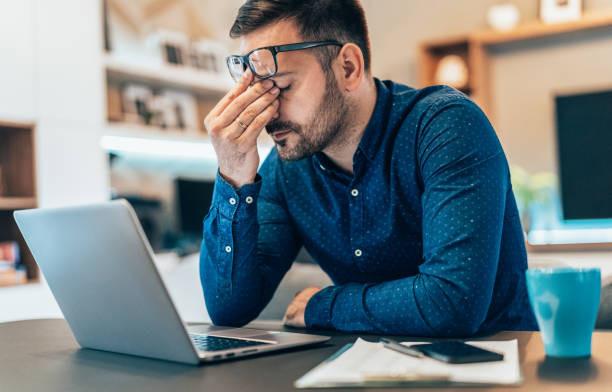 hombre_sentado_en_su_escritorio_se_muestra_cansado