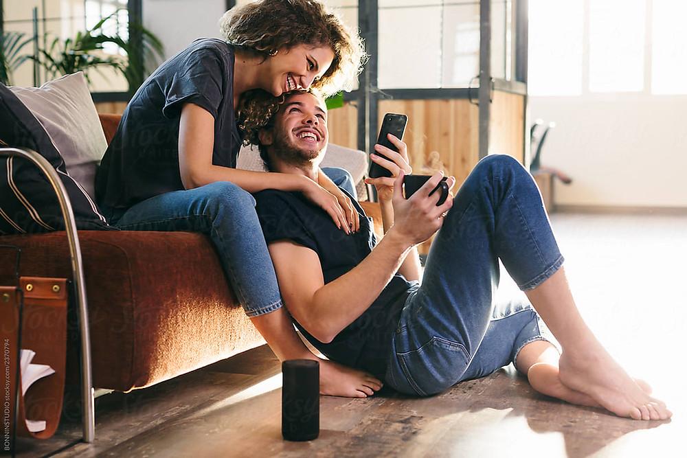 pareja_compartiendo_juntos_en_la_casa