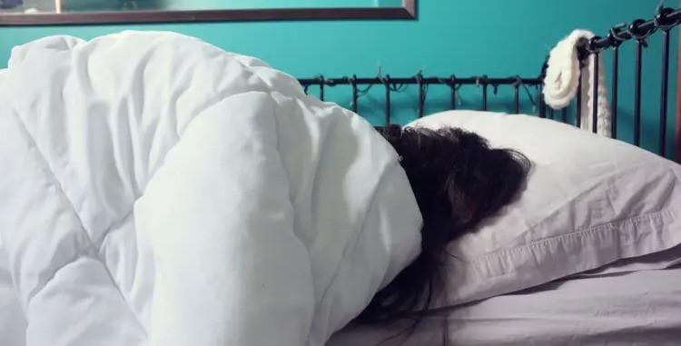 mujer_durmiendo_en_su_cama