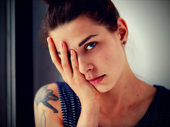 mujer que expresa bajon emocional