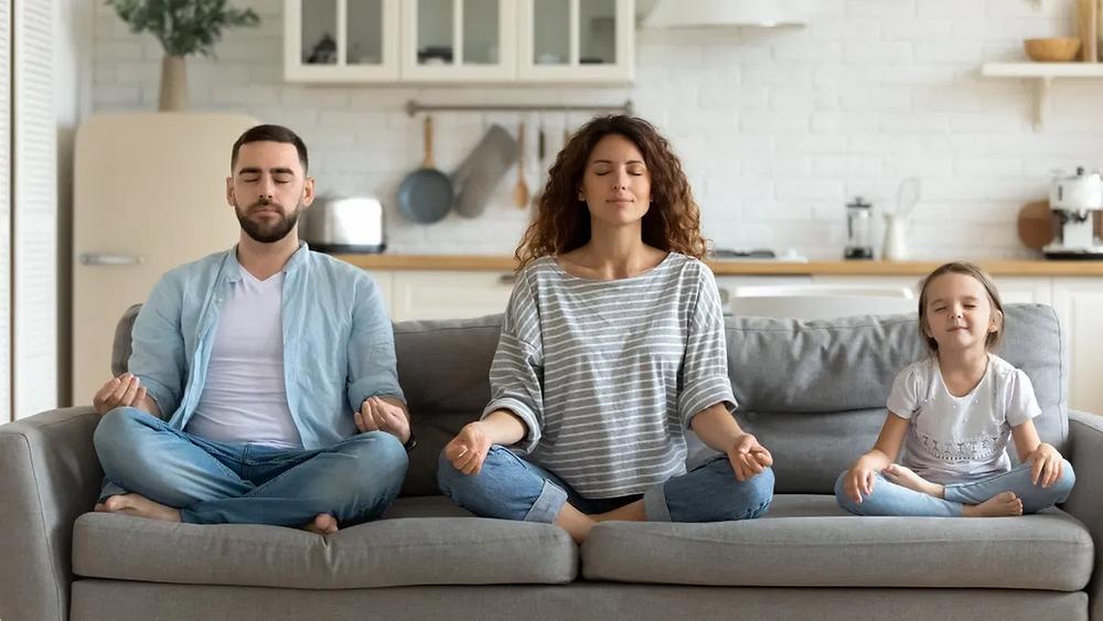familia_practicando_ejercicios_de_respiración_juntos_en_su_hogar