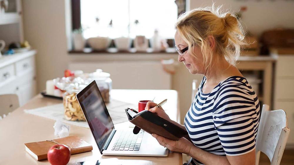 mujer_escribiendo_en_su_diario
