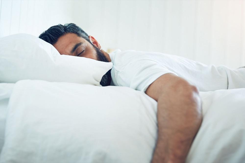 hombre-durmiendo-en-su-cama