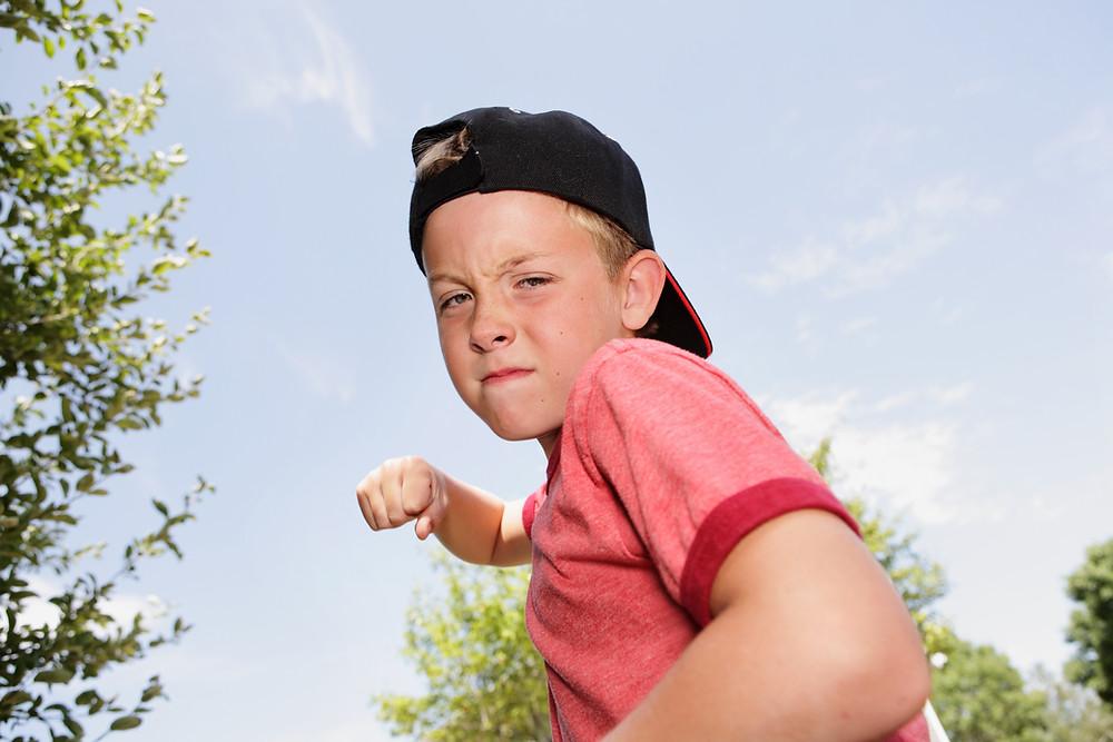 niño_agresivo_haciendo_un_puño_para_golpear