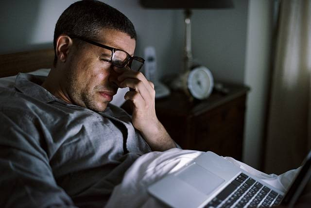 hombre-trabajando-de-noche-con-sueño
