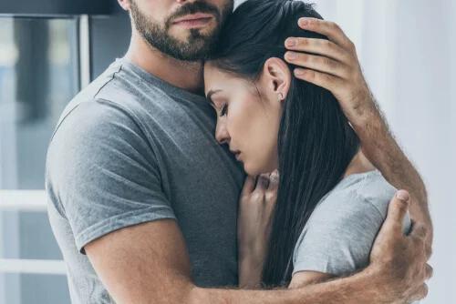 Persona_con_trastorno_de_personalidad_limítrofe_abrazando_su_pareja