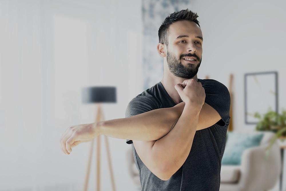 hombre_haciendo_ejercicios_desde_el_hogar