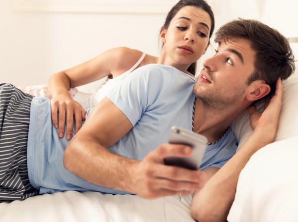 hombre_verificando_celular_de_mujer_sin_su_permiso