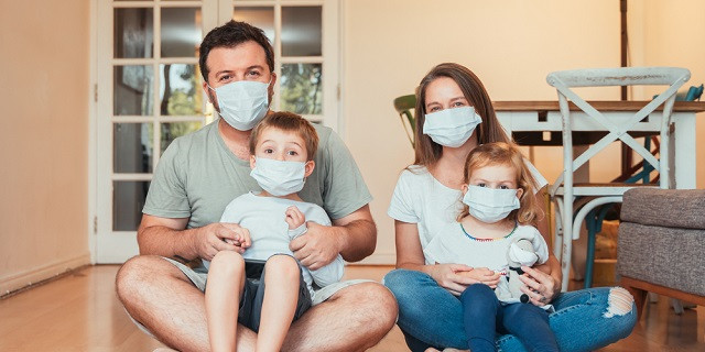 foto de familia con mascarillas contra el covid
