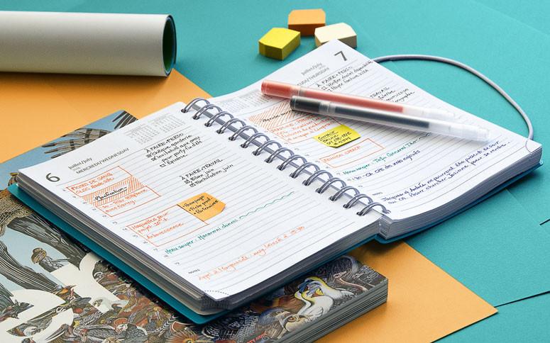 agenda personal abierta sobre la mesa